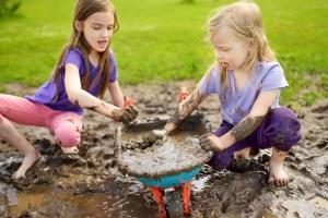 buiten spelen met modder