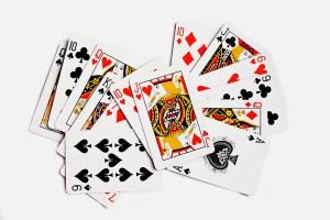 Куча игральных перемешанных карт , изолированные на белом фоне