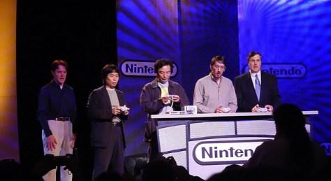 Shigeru Miyamoto, Toru Iwatani, Will Wright y George Harrison jugando Pac-Man