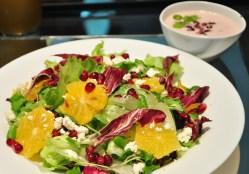Mix de folhas com sementes de romã, laranja ou manga. Temperados com molho de iogurte.