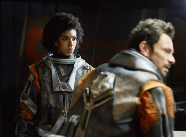 Doctor Who S10 - TX: 13/05/2017 - Episode: Oxygen (No. 5) - Picture Shows: Bill (PEARL MACKIE), Tasker (JUSTIN SALINGER) - (C) BBC/BBC Worldwide - Photographer: Simon Ridgway