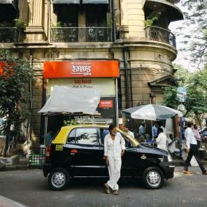Pengemudi taksi India dan taksinya