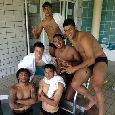 Foto dos jogadores da seleção brasileira no vestiário, fazem as fãs irem a loucuras!