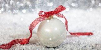 Boule de Noël blanche avec un ruban rouge