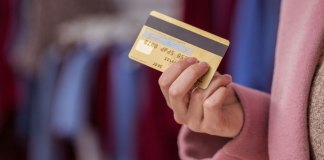 Femme avec une carte de crédit
