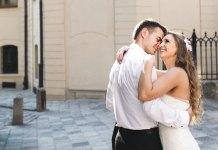 Couple heureux dans la rue
