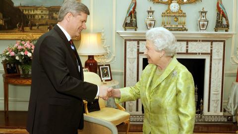 Stephen Harper a serré la main de sa patronne, membre du nouvel ordre mondial dont parle son vis-à-vis, Gordon Brown. Pathétique...