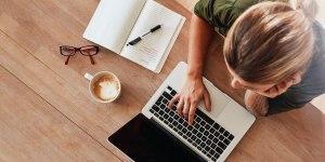 Femme qui navigue le web sur son ordinateur portable