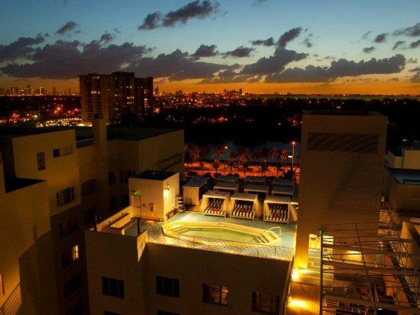 soho-beach-house-miami-piscine-en-soiree