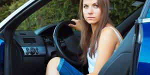 Femme au volant de sa voiture