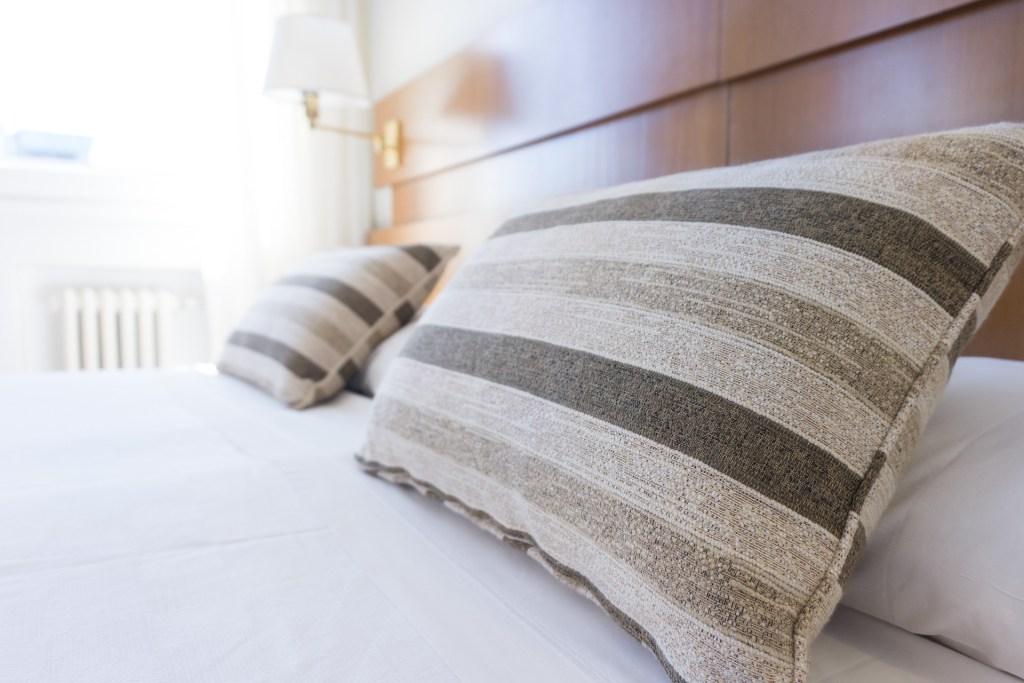 Photo d'un lit avec des oreillers