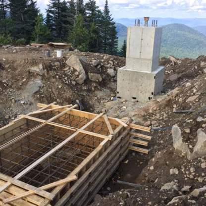 Retrait du coffrage du pylône avant du terminal au sommet et préparation pour la semelle du pylône arrière.