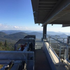 L'installation du toit a été complétée pour le terminal amont. Une magnifique vue du versant nord, prise du terminal au sommet.
