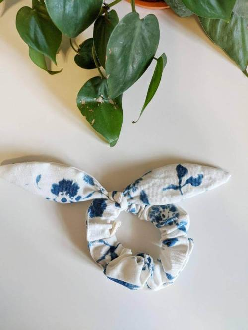 chouchou fleuri bleu blanc