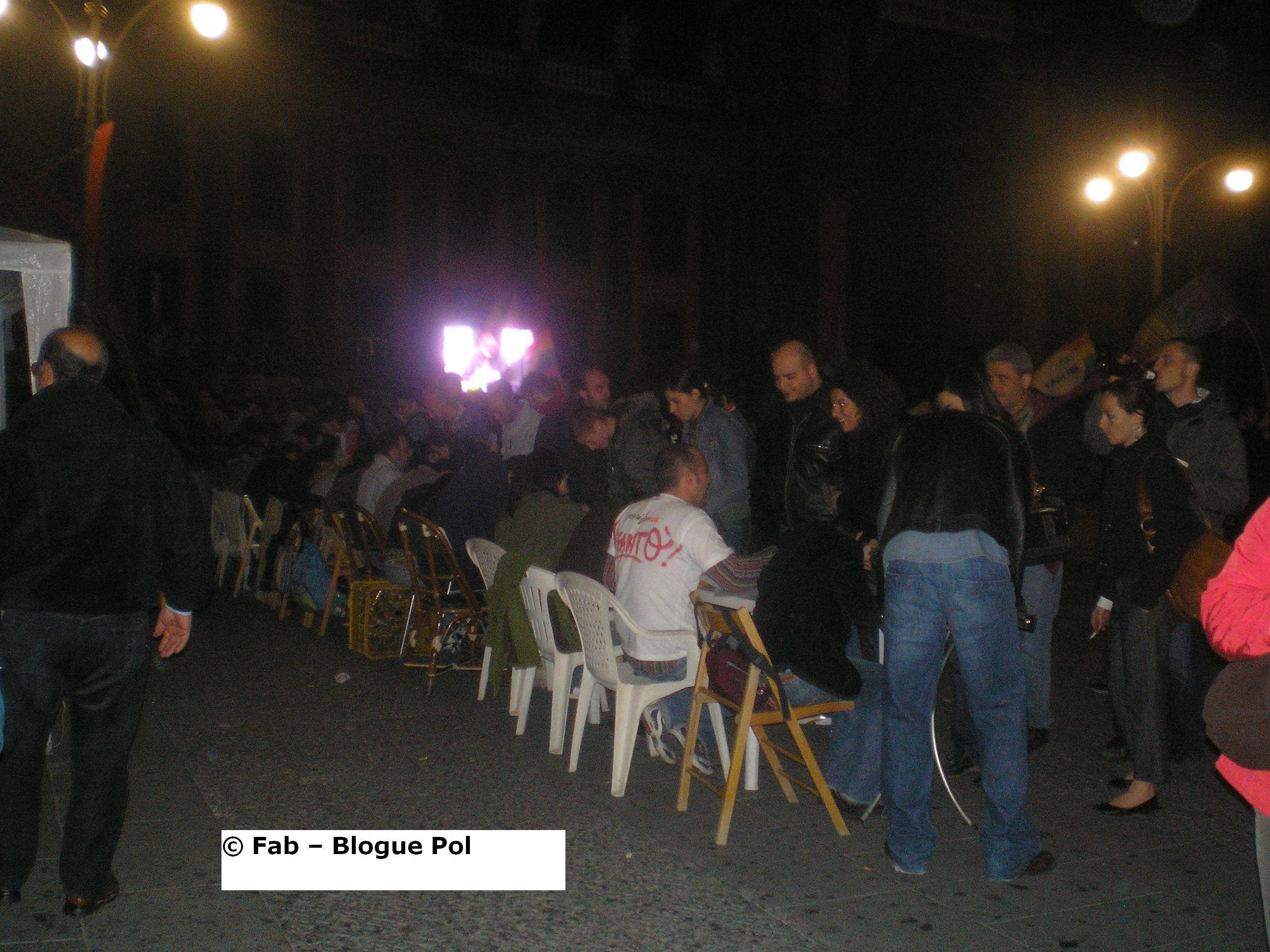 V2-Day Napoli. Fila ai banchetti per le firme