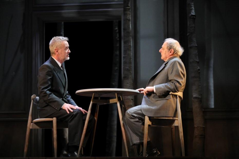 Carlos Hipólito y Emilio Gutiérrez Caba en la obra de teatro Copenhague de Michael Frayn dirigida por Claudio Tolcachir