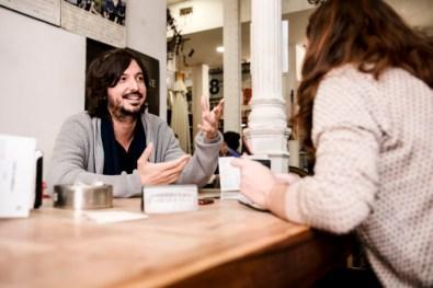 Carolina Daza entrevista al cineasta Polo Menárguez en la librería Ocho y medio de Madrid.