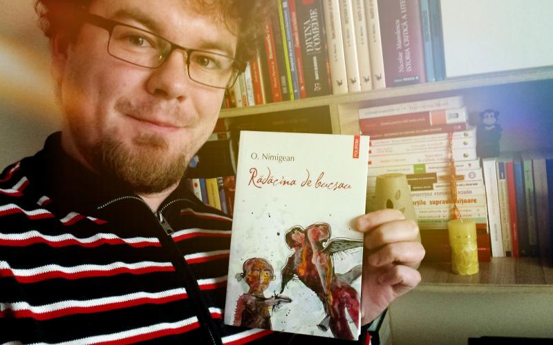 """""""Rădăcina de bucsau"""", romanul care te subjugă și te aspiră într-un vortex"""