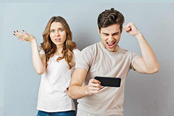 Beberapa Tanda Kamu Harus Mutusin Pacarmu - Ketika kebiasaanya yang dulu selalu sukses menghiburmu berubah menjadi kebiasaan yang membuatmu kesal dan marah