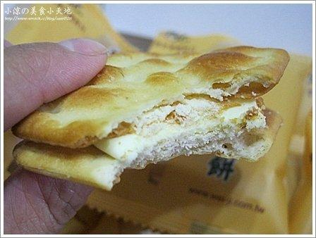 將餅和內餡一起入口 一鹹一甜在口中真是絕配阿~
