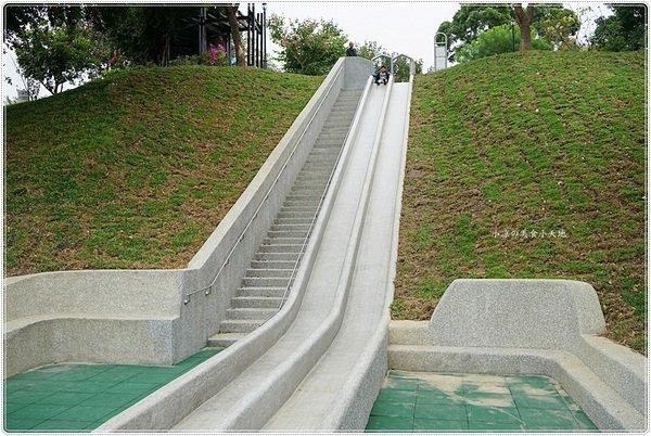f717473c 601a 4a23 86b2 9f31bc2bfbf6 - 全台中最長的溜滑梯,正式引爆,沙坑、草地、兒童遊戲區、小孩玩翻天
