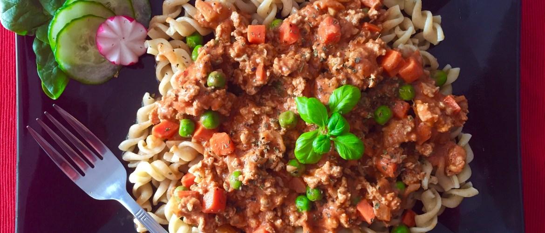 Makaron w sosie pomidorowym z mięsem mielonym oraz groszkiem i marchewką