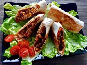 Tortille podane na talerzu z pomidorem