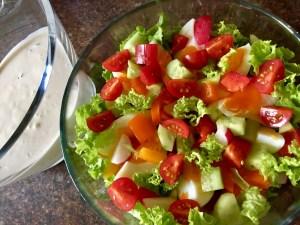 Kolorowa sałatka z pysznym sosem