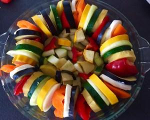 Warzywa ułożone w naczyniu żaroodpornym