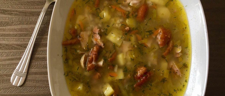 Zupa ogórkowa na wędzonym kurczaku