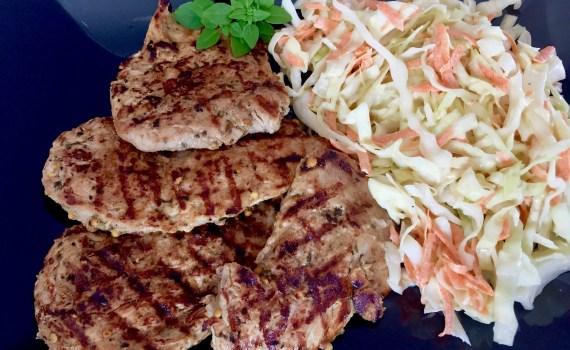 Grilowane mięso podane z surówką Colesław