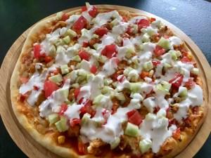 Pizza pokryta sosem czosnkowym