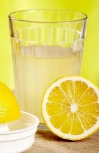 Sok z cytryny zmieszany z wodą