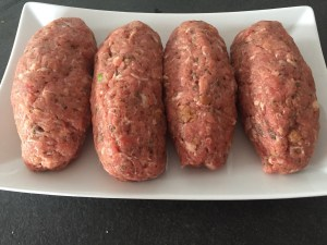 Roladki z mięsa mielonego z warzywami w środku