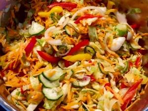 Letnia sałatka warzywna pyszny dodatek do posiłku