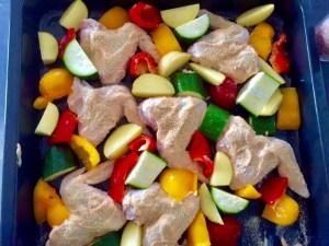 Pieczone skrzydełka z warzywami na obiad