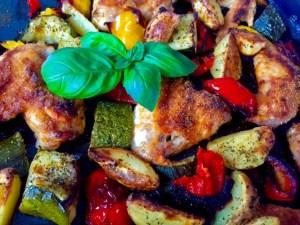 Pieczone skrzydełka z warzywami na pyszny obiad
