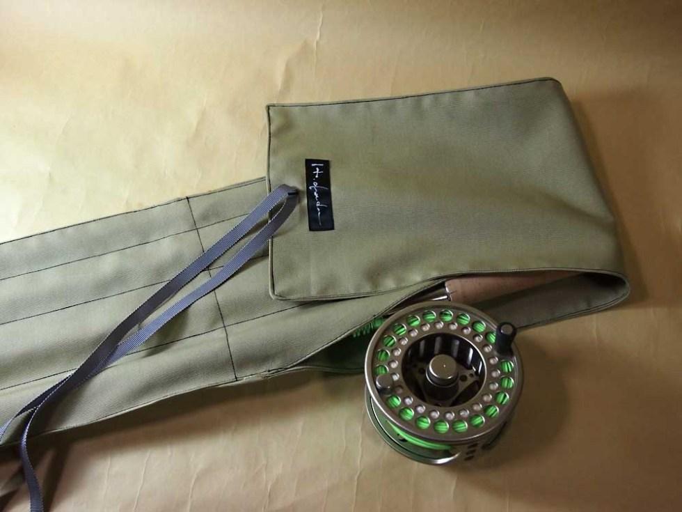 ロッドクロスバッグは当方オリジナル。リールを取り付けたまま収納でき、たいへん便利です。
