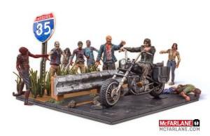 McFarlane-Walking-Dead-Building-Set-Daryl-with-Chopper-001
