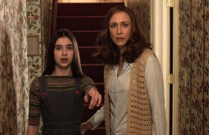 Judy Warren (Sterling Jerins) and Lorraine Warren (Vera Farmiga) in The Conjuring 2</em