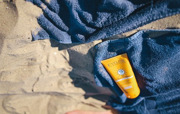 sunblock-balm-on-the-beach