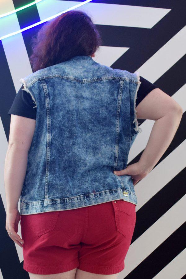 colete-jeans-acid-wash-blossoms-plus-size