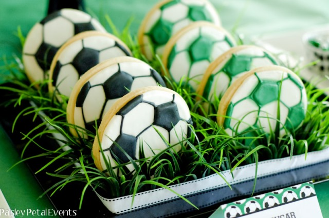 Soccer party cookies-Love this display
