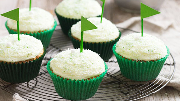 Love these cute littel green flags on these cupcakes! #golf #party