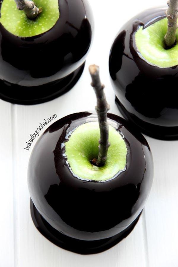 LOVING these black Halloween caramel apples