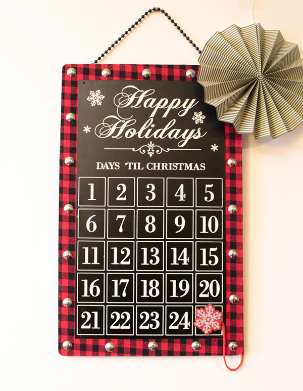 Love this Christmas Countdown calendar- See More holiday home tour on B. Lovely Events