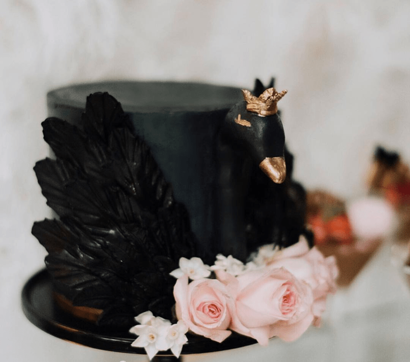 LOVE this black swan cake! -See more swan cakes on B. Lovely Events