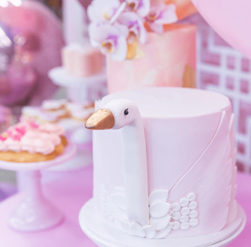 This swan cake is so darling! -See More Swan Cakes on B. Lovely Events
