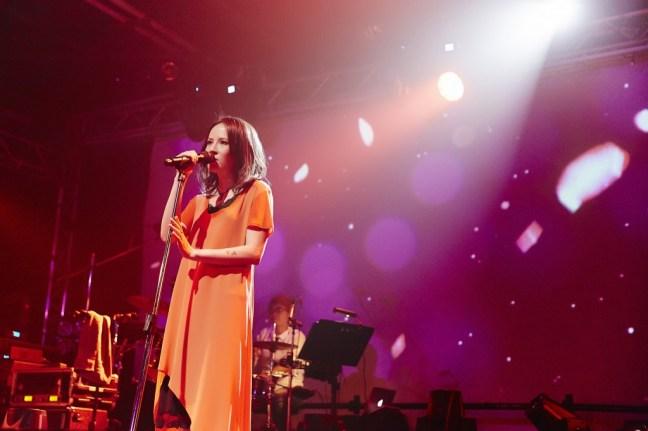 楊乃文一襲亮橘洋裝登場,襯托出其帥氣與女人味兼具的特色。