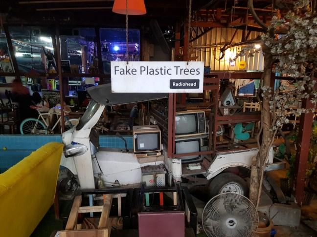 Radiohead 歌迷都想要偷一張回家掛的〈Fake Plastic Tree〉吊牌